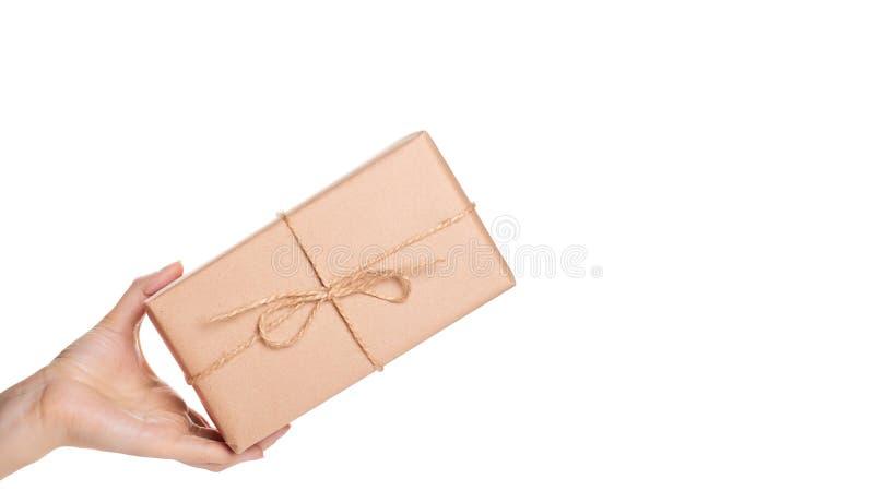 Eco prezenta pudełko od Kraft papieru w ręce odizolowywającej na białym tle odbitkowa przestrzeń, szablon obraz stock