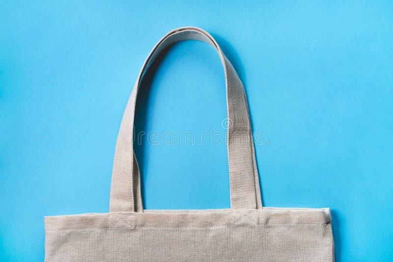 Eco-saco da tela no fundo azul fotografia de stock