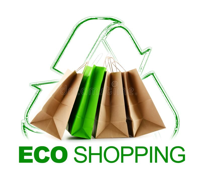 Eco shoppingtecken med pappers- påsar som isoleras på vit arkivfoto