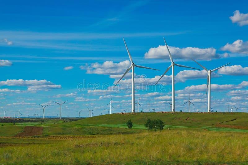 Eco siły wiatru generator na obszarze trawiastym obraz stock
