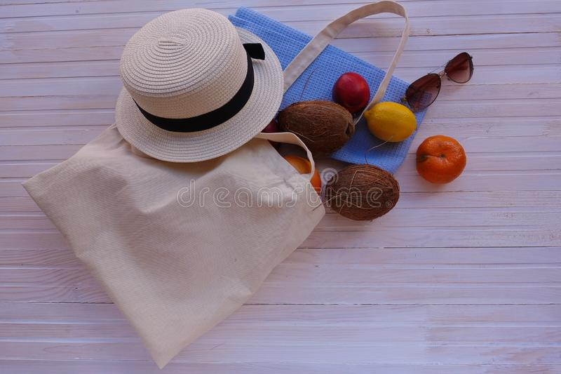 Eco-Tasche mit Frucht, Hut und Sonnenbrille stockfotografie