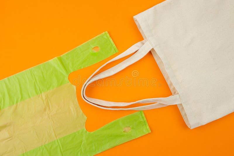 Eco torba vs plastikowy worek obraz stock