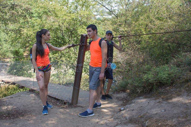 Eco-Tourismus und gesundes Lebensstilkonzept Junge Wanderermädchen-Endenjungen mit Rucksack Reisende, Wanderer im Urlaub, die ein stockfotografie