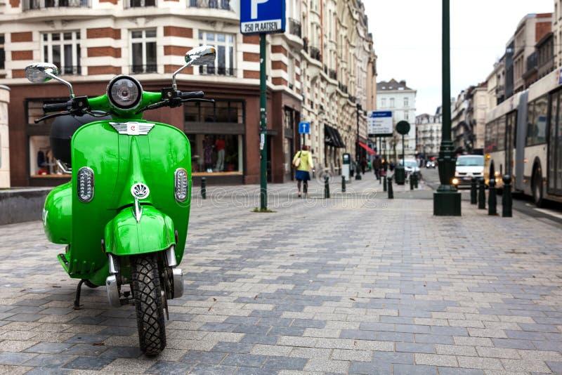 Eco udzielenia życzliwa elektryczna hulajnoga parkująca przy ulicą w Bruksela zdjęcie royalty free