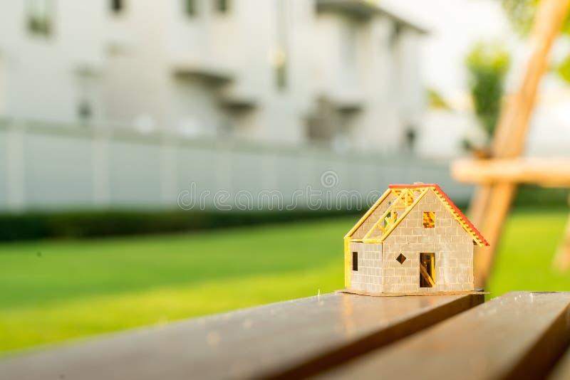 Eco uiterst klein huis & woonwijkconcept stock afbeelding