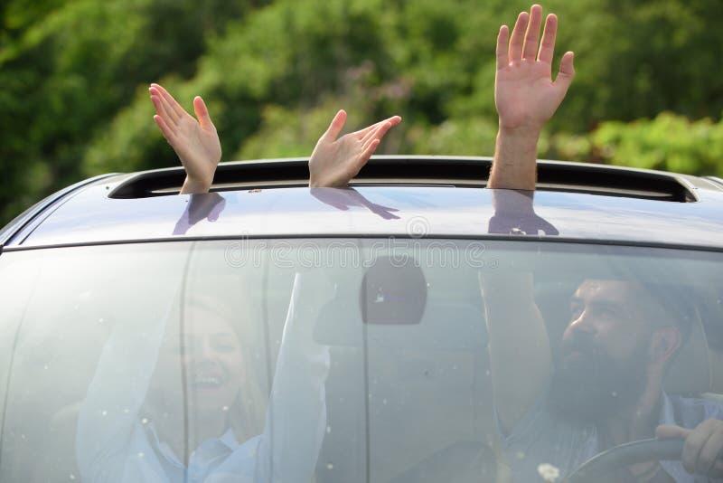 Eco utrzymanie Podróżować samochodem Ręki gestykuluje w otwartym samochodowym lągu Cieszyć się wycieczkę samochodową Samochodu tr obrazy royalty free