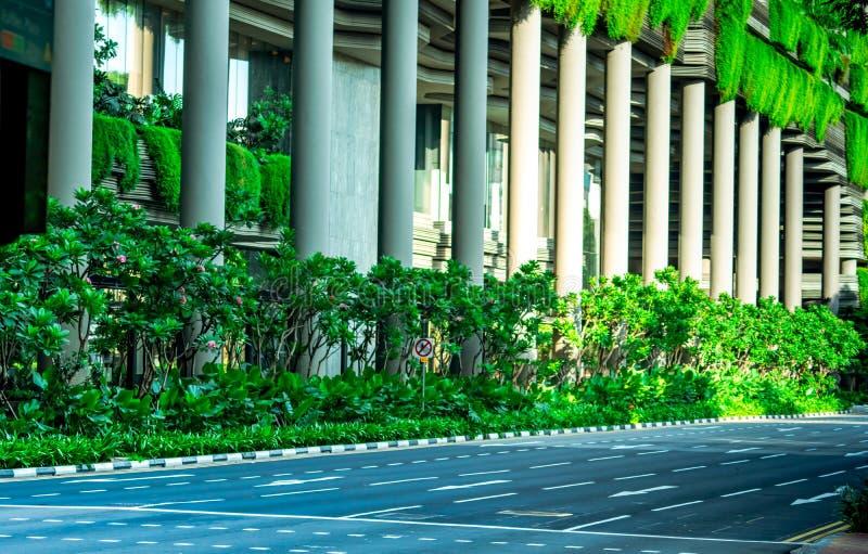 Eco vänlig byggnad med den vertikala trädgården i modern stad Grön växt och trädskog och murgröna på fasad på hållbar byggnad royaltyfria bilder
