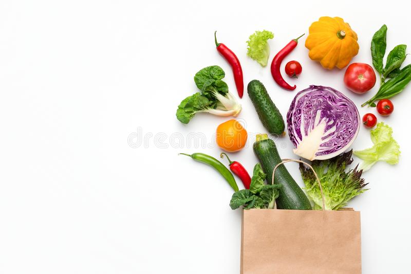 Eco vänlig shoppingpåse med organiska grönsaker royaltyfria bilder
