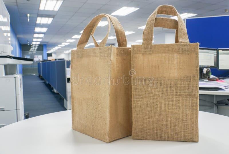 Eco-vänskapsmatch shoppingpåsar på den vita tabellen arkivfoto