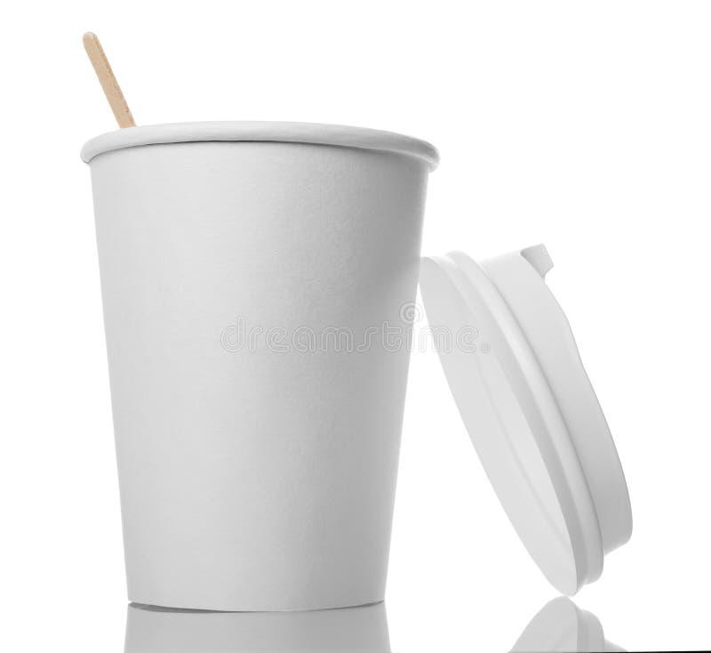 Eco-vänskapsmatch vitbokkopp med lock- och drinkpinnen som isoleras på vit royaltyfri bild
