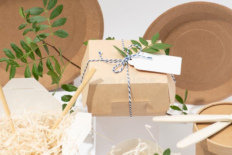 Eco ?yczliwy, rozporz?dzalny, recyclable tableware, Pude?ka, garnki i cutlery, zdjęcia stock