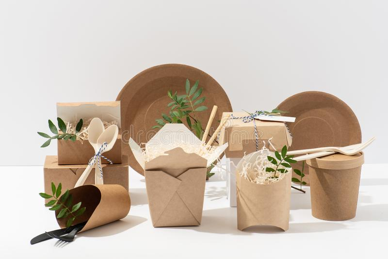 Eco ?yczliwy, rozporz?dzalny, recyclable tableware, Pude?ka, garnki i cutlery, zdjęcie stock