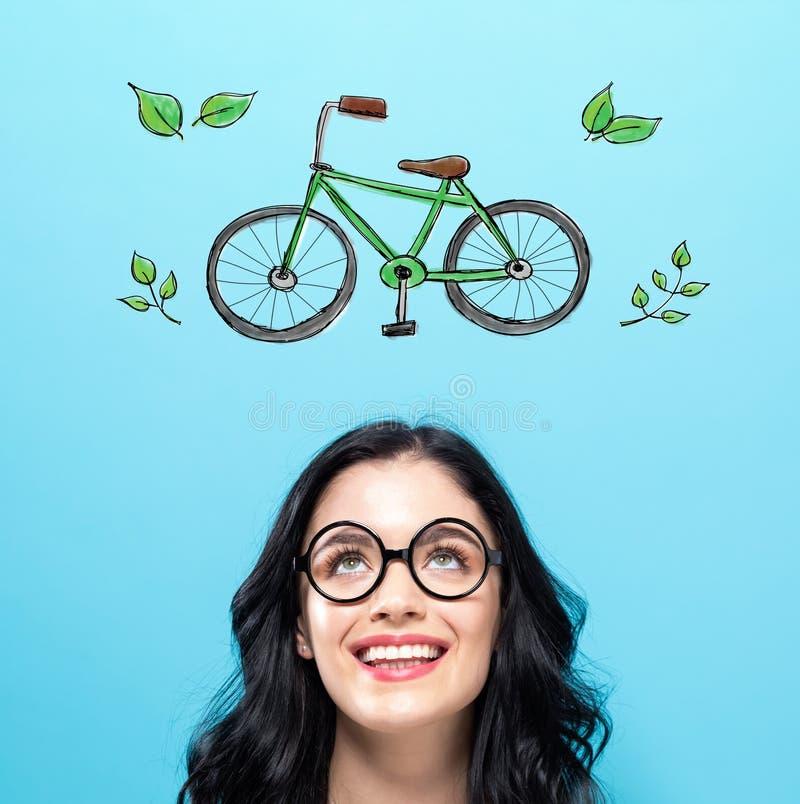 Ecofiets met gelukkige jonge vrouw stock foto