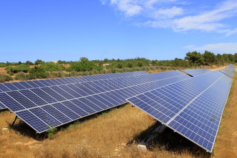Ecologia verde da energia das placas elétricas solares fotografia de stock royalty free