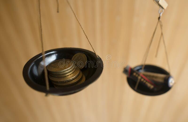 Ecologic begrepp Pengar och batterier i libraen fotografering för bildbyråer