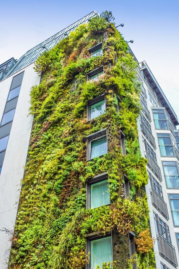 Ecologic byggnad i London arkivbild