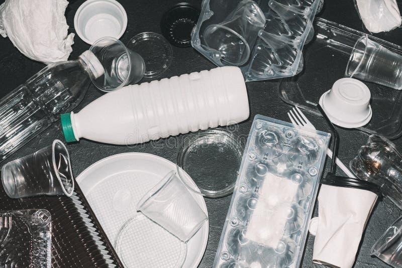 Ecologie het plastic verontreiniging recyclingsafval sorteren stock foto