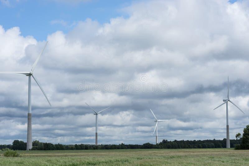 Ecologieconcept: Blauwe hemel, witte wolken en windturbine Windgenerator voor elektriciteit, alternatieve energiebron stock fotografie