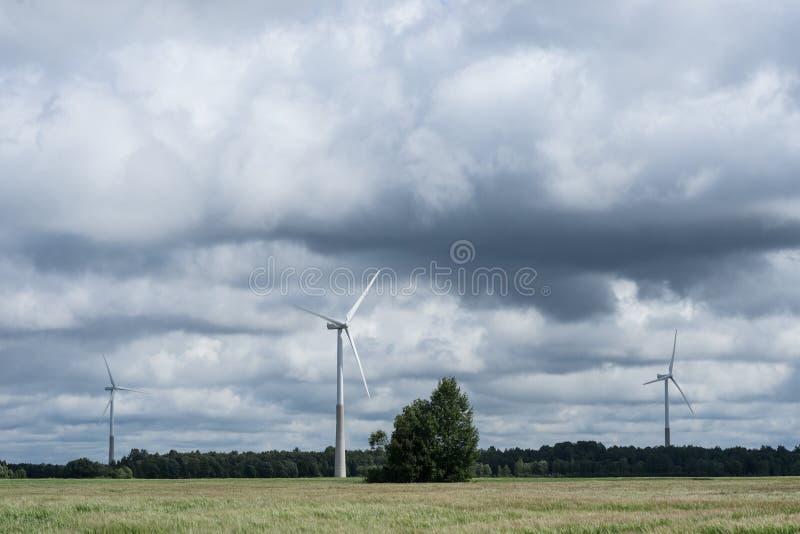 Ecologieconcept: Blauwe hemel, witte wolken en windturbine Windgenerator voor elektriciteit, alternatieve energiebron royalty-vrije stock foto