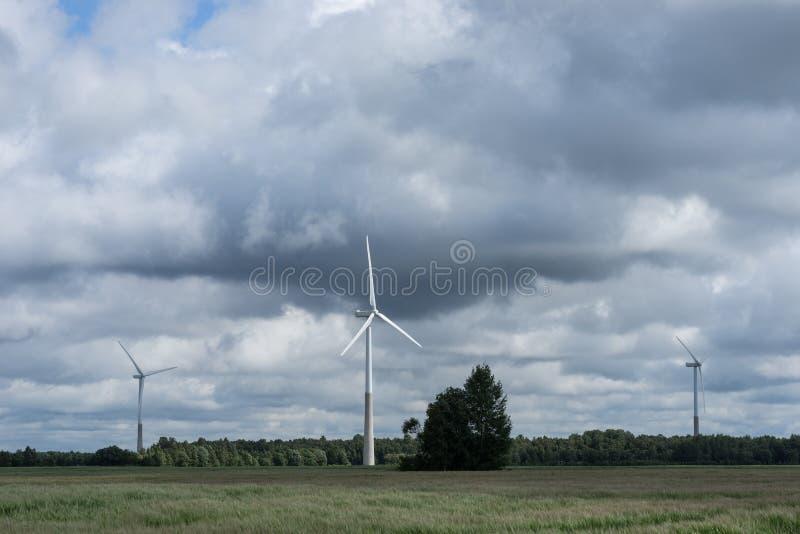 Ecologieconcept: Blauwe hemel, witte wolken en windturbine Windgenerator voor elektriciteit, alternatieve energiebron royalty-vrije stock foto's