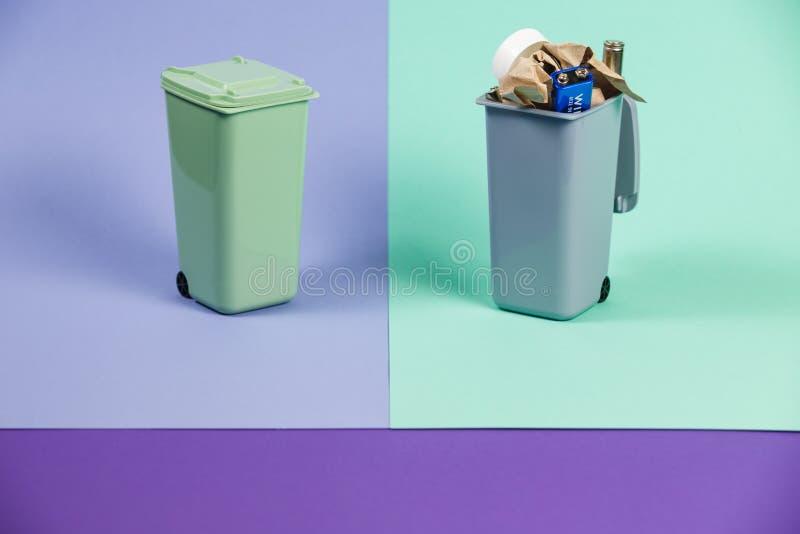 Ecologieconcept, heel wat rekupereerbare voorwerpen in containers stock foto