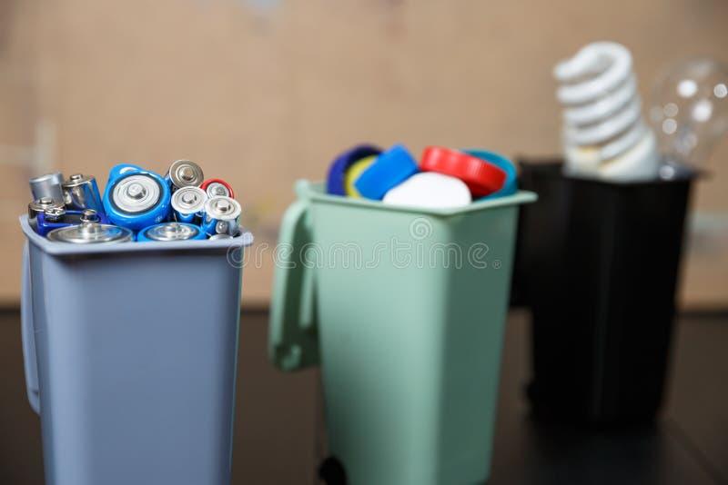 Ecologieconcept, heel wat rekupereerbare voorwerpen in containers royalty-vrije stock foto's