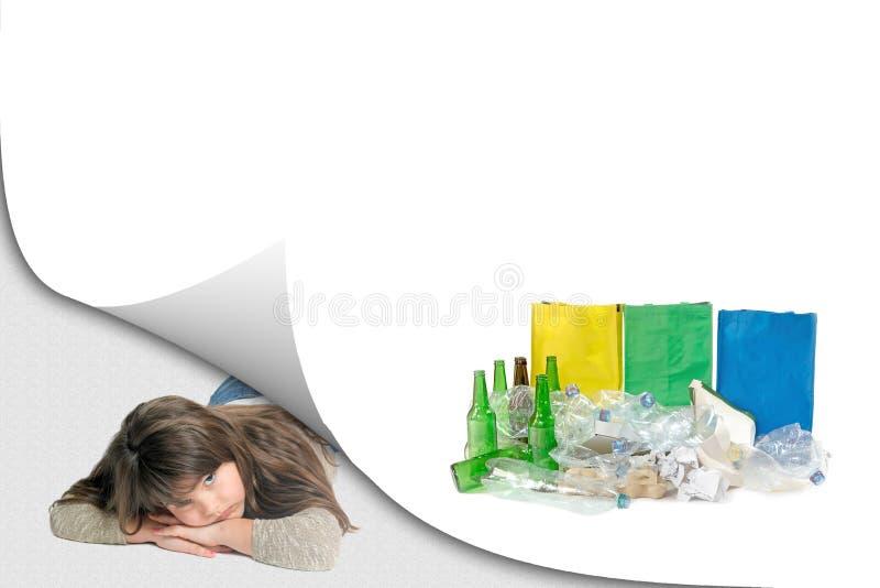 Ecologieconcept recyclingsconcept met droevig meisje stock foto