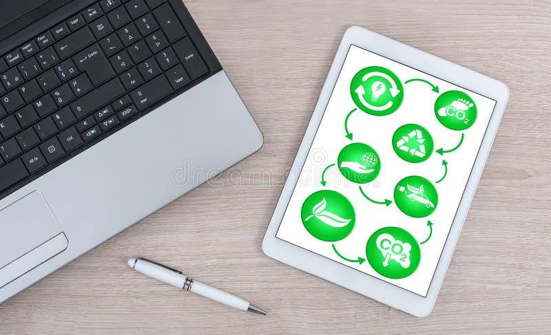 Ecologisch concept voor een digitale tablet royalty-vrije stock afbeeldingen