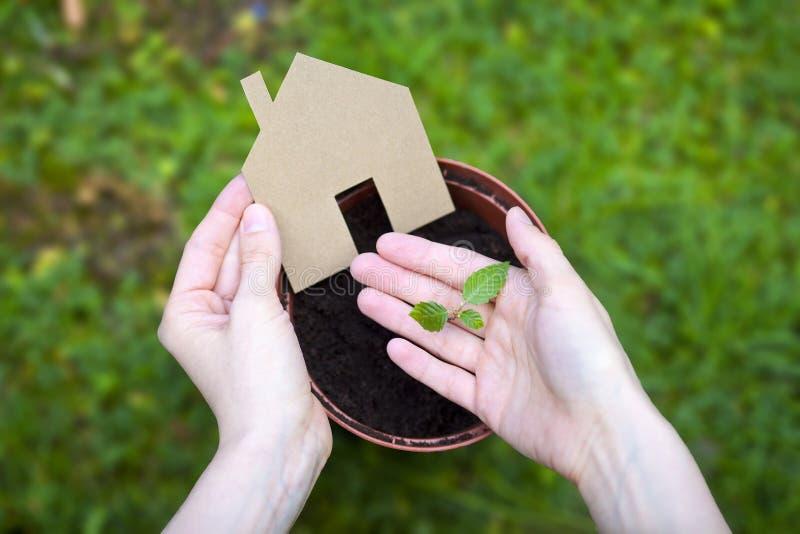 Ecologisch huis stock afbeeldingen