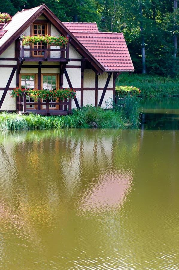 Ecologisch Huis Op Meer Stock Afbeelding