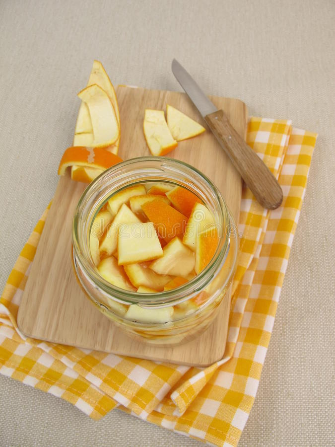 Ecologisch huishoudendetergens met sinaasappelschil en azijn stock foto