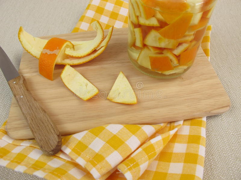 Ecologisch huishoudendetergens met sinaasappelschil en azijn stock foto's
