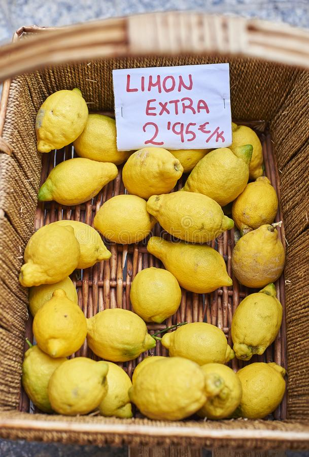 Ecologische citroenen in een rieten mand royalty-vrije stock afbeelding