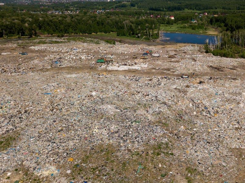 ecologische crisisfoto Lucht hoogste meningsfoto van vliegende hommel van grote huisvuilstapel Huisvuilstapel in afvalstortplaats stock fotografie