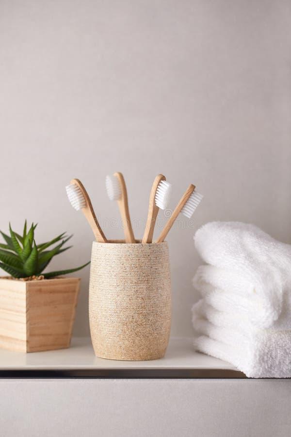 Ecologische tandenborstels met witte handdoeken stock foto's
