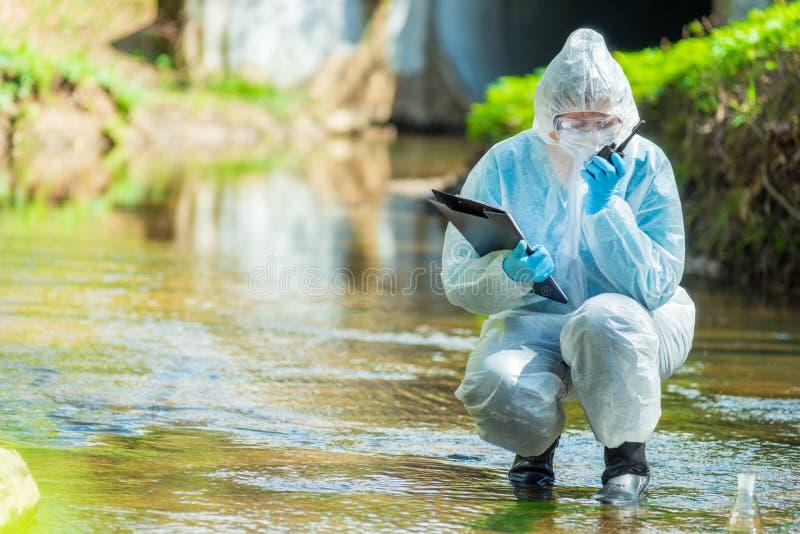 Ecologistwetenschapper terwijl het leiden van onderzoek stock afbeelding