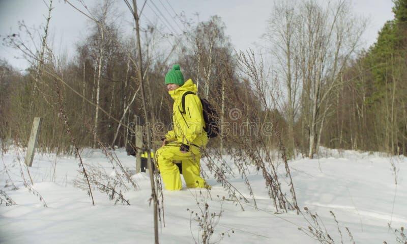 Ecologo della donna che cammina in una neve profonda fotografia stock