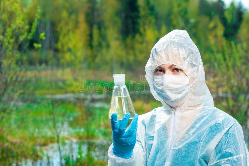 Ecologo ed acqua morta pericolosa da un lago della foresta fotografie stock
