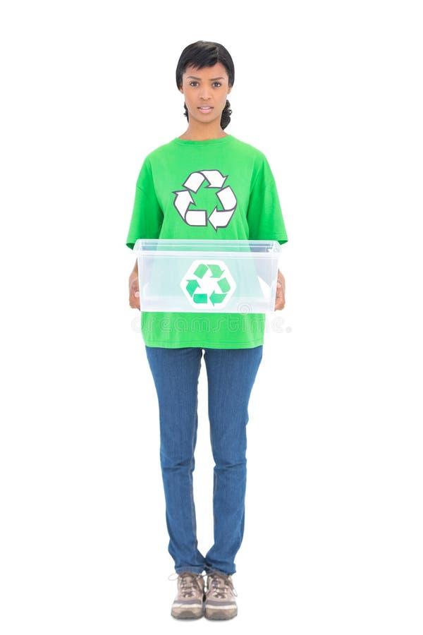 Ecologo moro irritato che tiene una scatola di riciclaggio fotografie stock