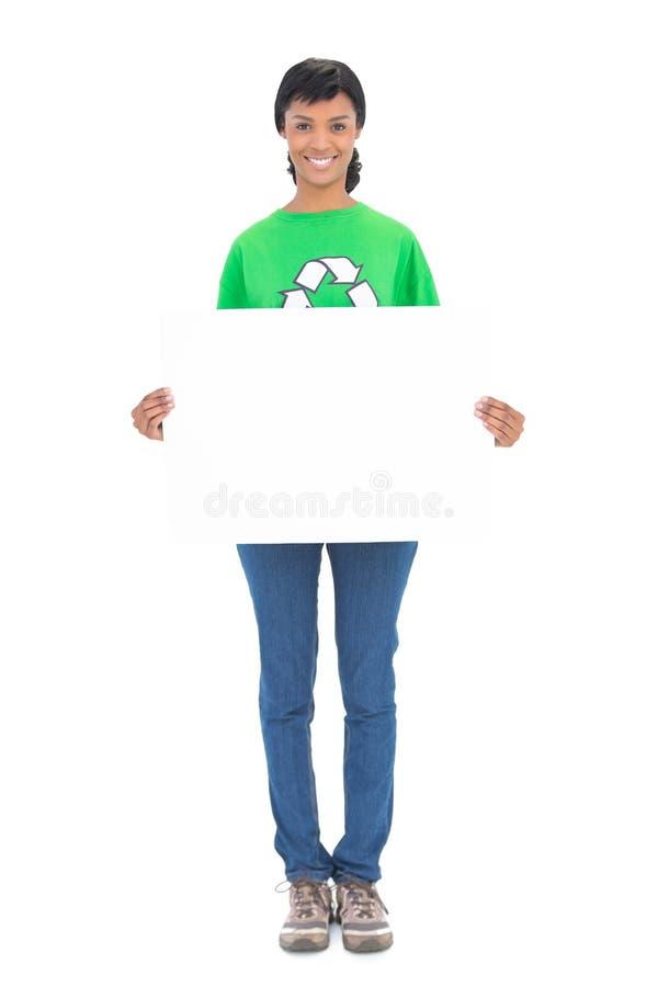 Ecologo moro piacevole che tiene un pannello bianco lei immagine stock