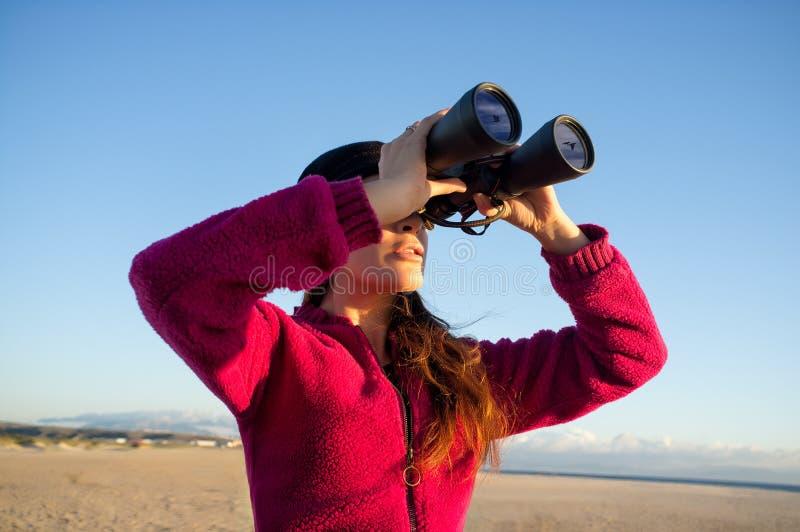 Ecologo Woman Watching l'ambiente con il binocolo immagine stock