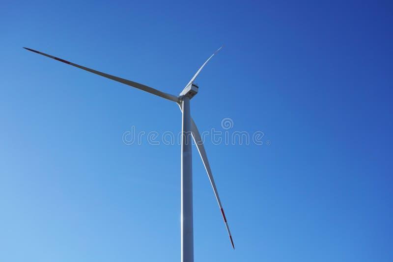 Ecomacht, windturbines met blauwe hemel windturbine voor alternatieve elektriciteit vernieuwbaar elektrisch landbouwbedrijf met d stock afbeelding