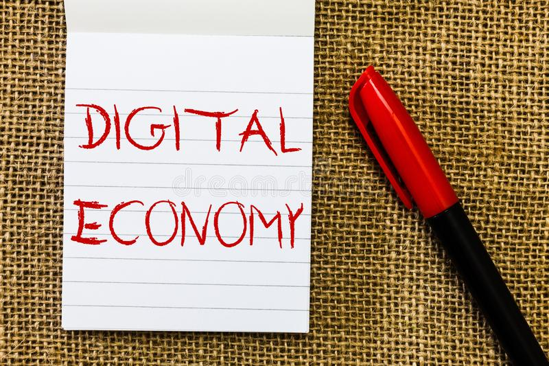 Economía de Digitaces del texto de la escritura Concepto que significa la red mundial de actividades económicas y de tecnologías fotografía de archivo libre de regalías