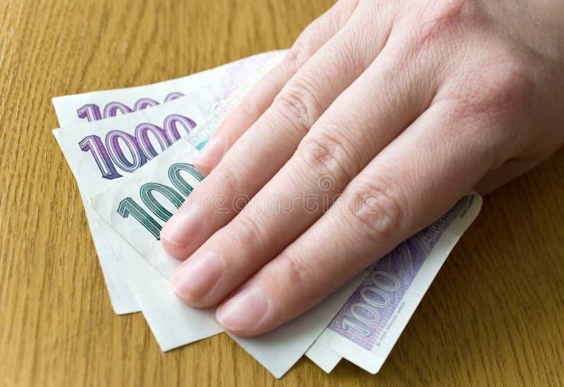 Economía y finanzas checas - billetes de banco checos de la corona en un sobre - soborno y concepto de la corrupción imagenes de archivo