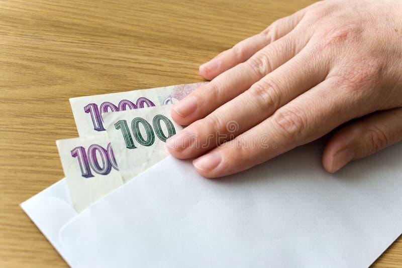 Economía y finanzas checas - billetes de banco checos de la corona en un sobre - soborno y corrupción fotografía de archivo