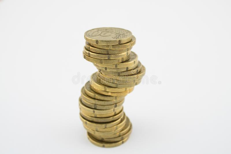 Econom?a inestable Monedas del centavo euro de la pila veinte en el fondo blanco ahorros imagenes de archivo