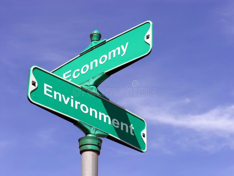 Economia CONTRA o ambiente imagem de stock