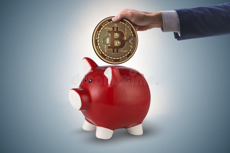 A economia do bitcoin com piggybank no conceito do negócio fotos de stock royalty free
