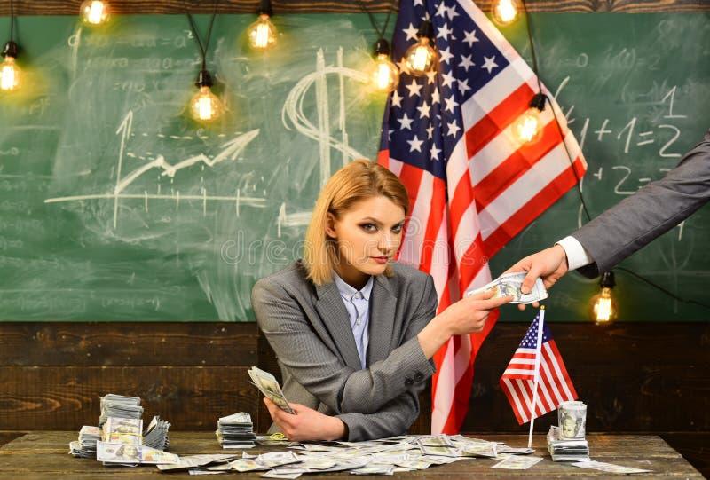 Economia e finança Patriotismo e liberdade Dia da Independência de EUA corruption Reforma americana da educação o 4 de julho fotografia de stock