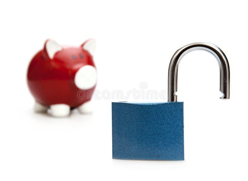 Economia segura Banco Piggy com cadeado imagens de stock royalty free